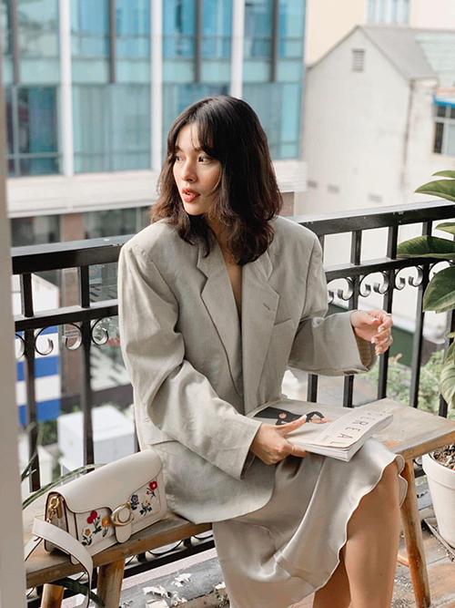 Sau một mùa hè sôi động với các mốt áo hở eo táo bạo, Tú Hảo thay đổi style với nét nhẹ nhàng của blazer dáng rộng cùng chân váy hài hoà màu sắc.