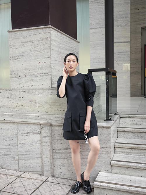 Mai Thanh Hà giúp phong cách cá nhân có được nét mới mẻ khi chọn váy theo phong cách tối giản để mix cùng giày móng ngựa ton-sur-ton.