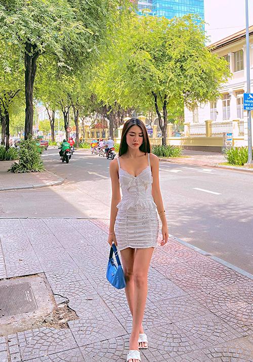 Không khí giao mùa ở phía Nam vẫn khá oi nồng, vì thế Tường Linh vẫn tận dụng các mốt váy mùa hè để mix đồ dạo phố.