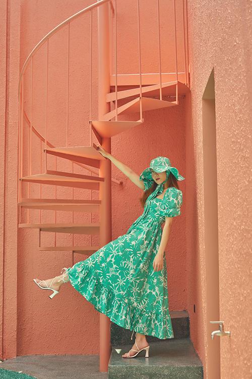 Yến Nhi rực rỡ với kiểu đầm maxi tông xanh và in hoa lá đậm chất bánh bèo. Ca sĩ chọn thêm mũ rộng vành đồng điệu sắc màu để mang lại tổng thể hoàn hảo.