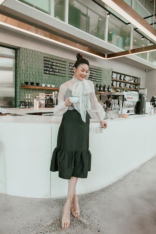 Hình ảnh nữ thư ký của Thanh Hằng nhận được nghìn tim của fan. Người đẹp giúp mình có được phong cách thanh lịch khi sử dụng áo blouse voan mỏng cùng chân váy màu tương phản.