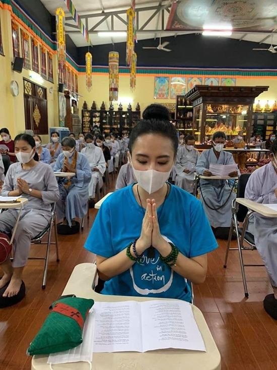 Angela Phương Trinh có pháp danh là Tâm Phúc. Trở thành một Phật tử, cô có đời sống bình an, hoan hỉ, thường lên tụng kinh niệm Phật. Thời gian đầu, nữ diễn viên từng vấp phải nghi ngờ đi chùa chỉ để làm màu song cô chọn cách im lặng, một lòng thành tâm theo đuổi con đường hướng đạo.