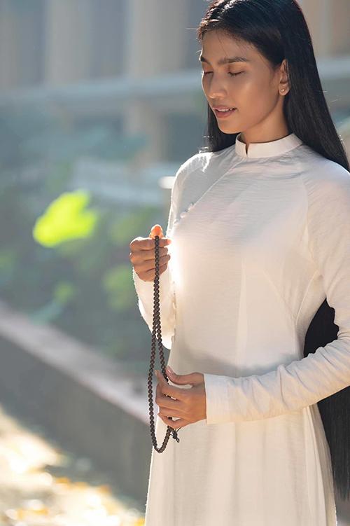 Mỹ nhân ăn chay trường - Trương Thị May cùng chọn áo dài trắng để mặc với mẹ và em gái khi đi chùa, thả cá phóng sinh vào rằm tháng 7.