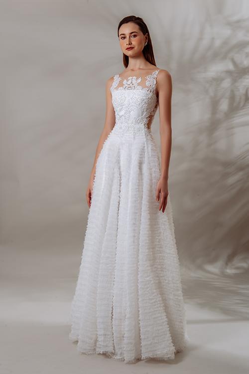 Váy cưới của NTK vẫn mang đặc trưng là không có phom váy phồng to mà là phom dáng đơn giản, tinh tế, sang trọng từ kiểu dáng tới từng chi tiết nhỏ trên thân váy. Váy Sablanca có cúp ngực ngang được tô điểm bởi hoạ tiết đính ren, pha lê. Thân váy xếp nhún lưới với từng đường quanh tùng tạo nên thiết kế đặc sắc.