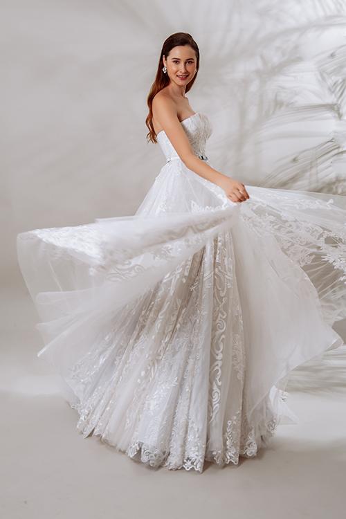 Váy được làm phồng nhờ nhiều lớp lưới mỏng nhẹ bên trong, giúp cô dâu di chuyển dễ dàng.