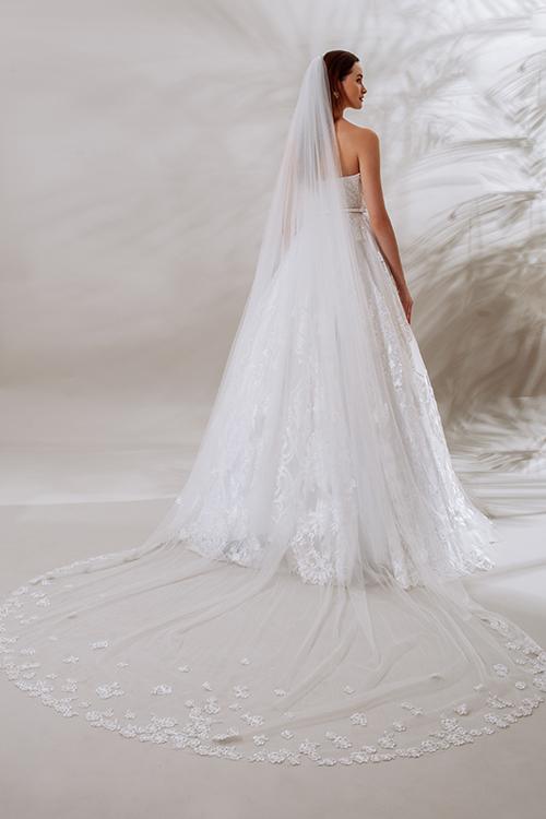 Cô dâu có thể kết hợp cùng lúp cưới dài thêu ren cho bộ váy xoè.
