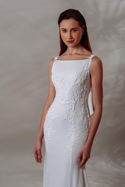 Chi tiết hoa ren nhỏ li ti trải dài dọc thân, được đính kết bằng chỉ hoàn toàn thủ công, che lấp đường may của thân áo.
