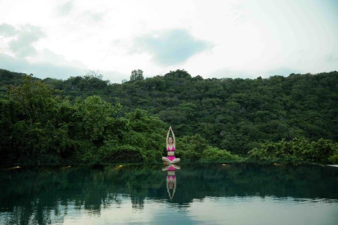 Mỹ nhân 7X lựa chọn Vĩnh Hy là nơi để bắt đầu chuỗi ngày zen - thiền tĩnh tâm mang phong cách Nhật. Sáng sớm, Giáng My thức dậy tập thiền bên hồ bơi ngoài trời. Những thời điểm khác trong ngày, người đẹp tập yoga ở khu nhà nổi giữa hồ đẹp như mơ.