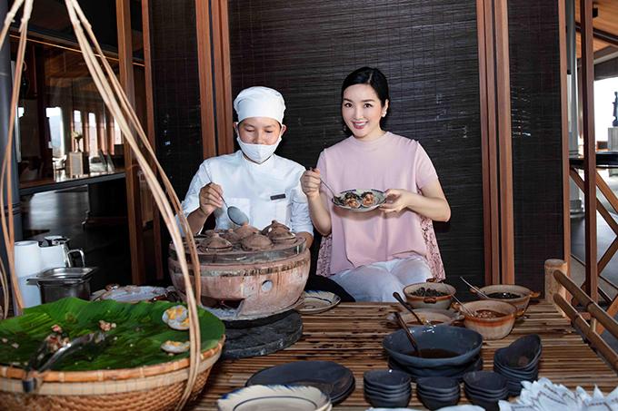 Giáng My tranh thủ những ngày ở đây để tìm hiểu các món đặc sản của mảnh đất Ninh Thuận. Hoa hậu đền Hùng trò chuyện với đầu bếp về cách chế biến của món bánh căn - một đặc sản độc đáo của miền đất nắng gió. Món ăn này được phục vụ trong tiệc trà chiều của resort, bên cạnh các món bánh ngọt kiểu Tây. Đây là một cách quảng bá ẩm thực Việt Nam hiệu quả đến với những du khách nước ngoài.