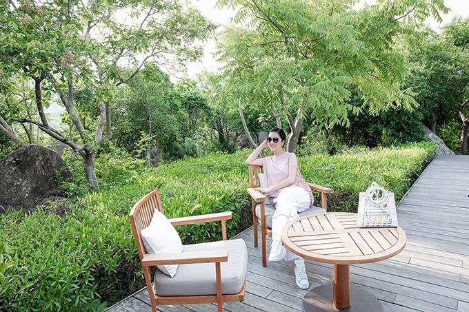Giáng My lần đầu tiên đến vịnh Vĩnh Hy (Ninh Thuận) và đã lập tức phải lòng với cảnh quan tuyệt đẹp ở nơi này. Khu vịnh toạ lạc ở một vùng đồi núi hoang vắng, xung quanh chưa phát triển nhiều dịch vụ du lịch, do đó, vẫn giữ được những nét hoang sơ, lý tưởng cho những chuyến đi trốn sự ồn ào nơi phố thị.