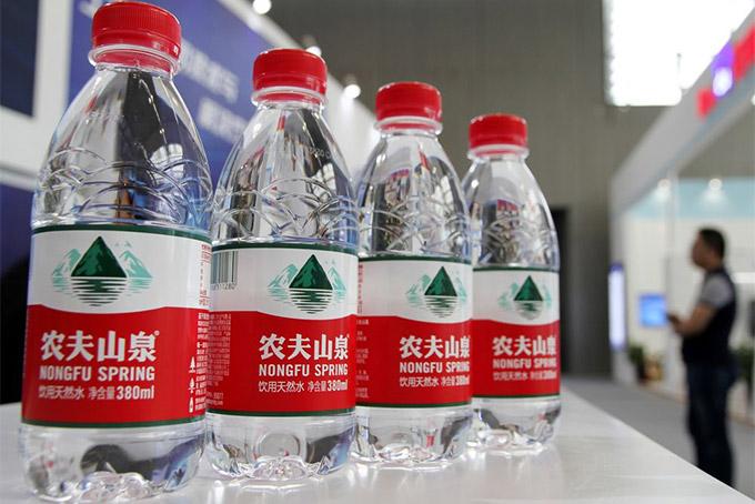 Nước đóng chai Nongfu Spring có mặt ở khắp Trung Quốc. Ảnh: Bloomberg.