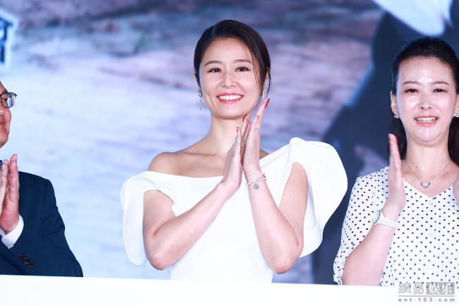 Ngôi sao Đài Loan khoe má lúm tại sự kiện. Cô mặc đầm trắng lệch vai và khoe vóc dáng nuột nà.