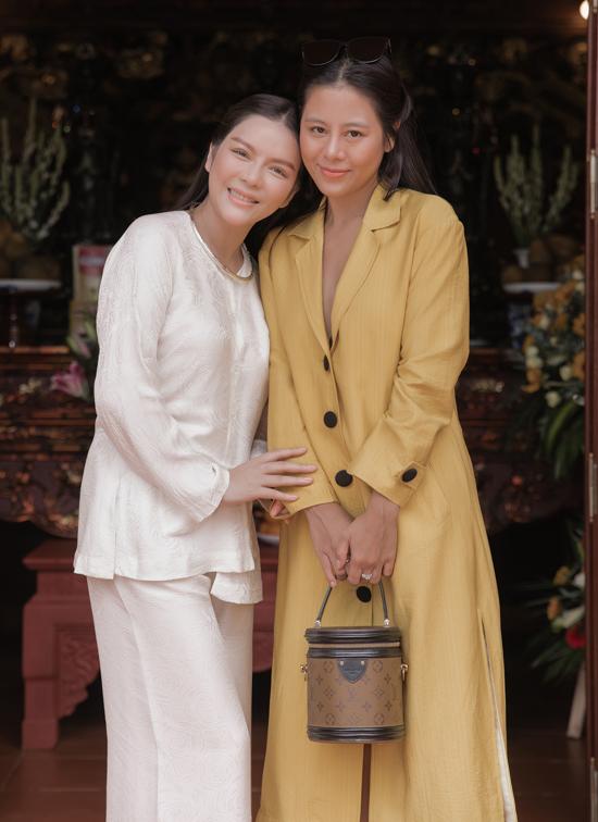 Nam Thư bận công việc nhưng vẫn về Vũng Tàu chung vui với đàn chị.
