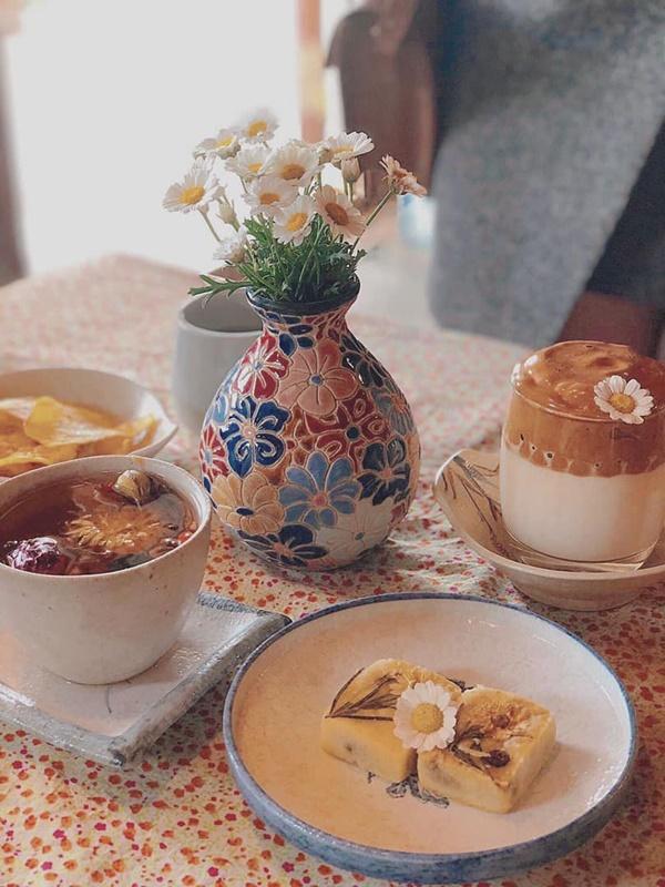Thực đơn của quán chủ yếu là trà và bánh, trình bày xinh xắn cho khách vừa nhâm nhi, vừa có thể sống ảo. Các loại trà hoa khá thơm, và đa phần bánh được làm tại tiệm.