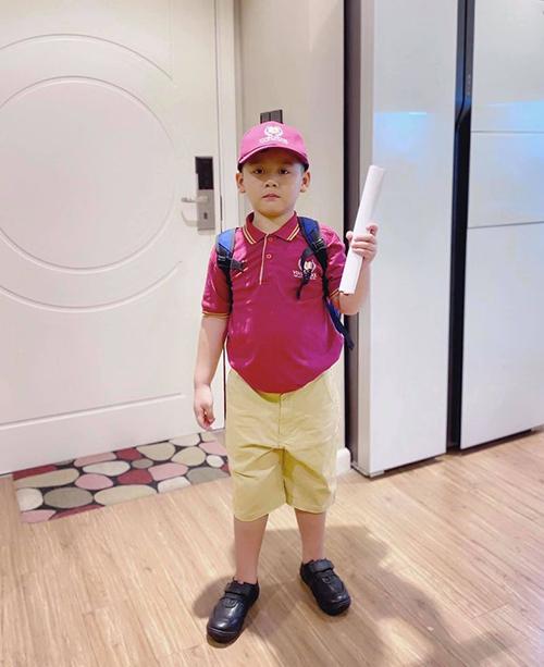 Diễn viên Mạnh Trường chia sẻ hình ảnh con trai 6 tuổi mặc đồng phục chuẩn bị tới trường tiểu học. Anh tiết lộ con trai mau lớn, phải mặc cỡ quần của trẻ 8 tuổi nhưng bụng vẫn căng đét.