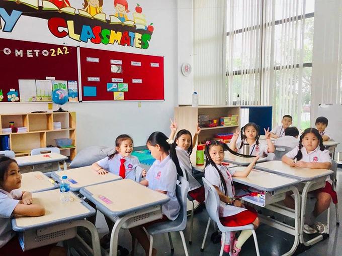 Ốc Thanh Vân chia sẻ ảnh chụp con gái Cola (bé gái thứ 5 từ trái sang) vui vẻ bên bạn thân trong ngày khai giảng đầu năm ở trường tiểu học quốc tế. Cô chia sẻ con gái hòa đồng, có nhiều bạn bè và khen các bạn đẹp.