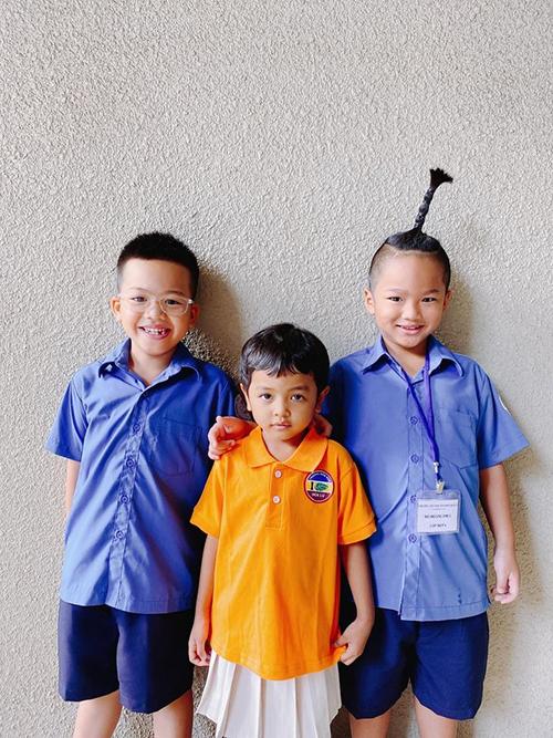 Nhím, Tít đều vào lớp 1 cùng trường nhưng khác lớp. Còn bé Linh Đan theo học ở trường mẫu giáo quốc tế.