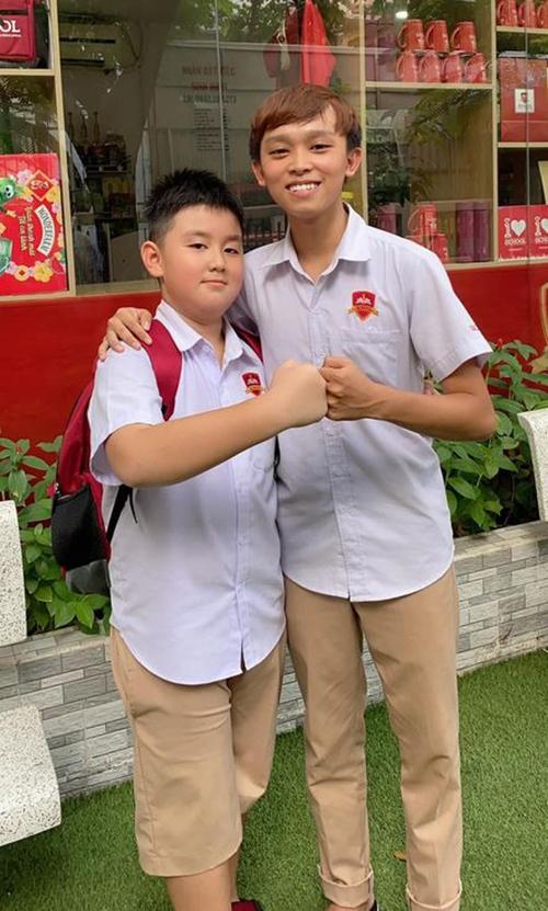 Lê Phương và chồng Trung Kiên đưa con đi học nhưng không tới dự được lễ khai giảng buổi sáng nay. Cô cho biết con trai Cà Pháo rất vui vì được song ca cùng sao nhí Hồ Văn Cường (bìa phải) trong lễ khai giảng.