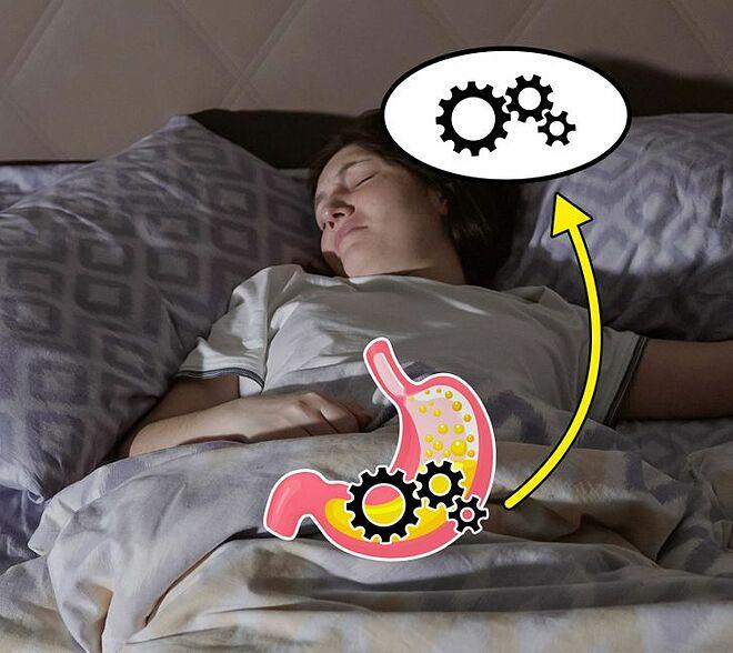 Đi ngủ ngay sau khi ăn có thể khiến bạn gặp các vấn đề tiêu hóa.