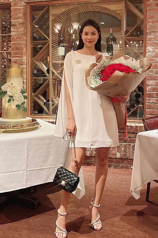 Phạm Hương nhận được bó hoa hồng trong ngày sinh nhật.
