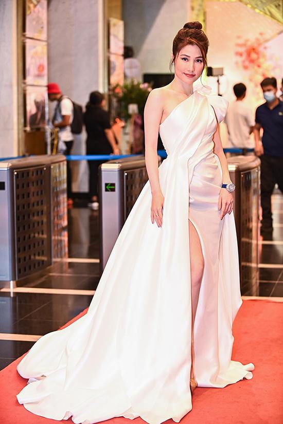 Diễm My 9X nổi bật với váy lệch vai, xẻ tà thướt tha. Năm nay, cô lọt Top 5 đề cử Nữ diễn viên ấn tượng với vai Phan Linh trong phim Tình yêu và tham vọng. Đây là dự án được Diễm My 9X dành nhiều tâm huyết và là lý do khiến cô chuyển ra Hà Nội làm việc suốt gần một năm.