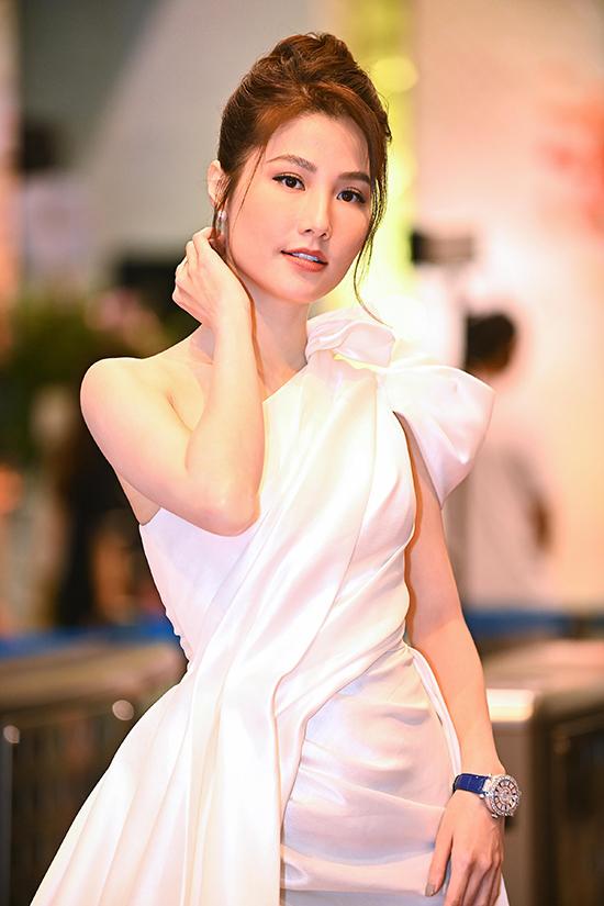 Nữ diễn viên hoàn thiện phong cách với đồng hồ đính kim cương hàng hiệu đắt giá. Tranh giải cùng Diễm My 9X là Phương Oanh, Quỳnh Kool, Lã Thanh Huyền và Hồng Diễm.