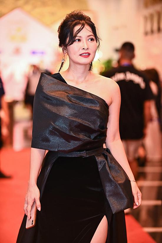 Diễn viên Thuý Hà xuất hiện gợi cảm với váy lệch vai, khác hẳn vẻ quê mùa trong phim Về nhà đi con.