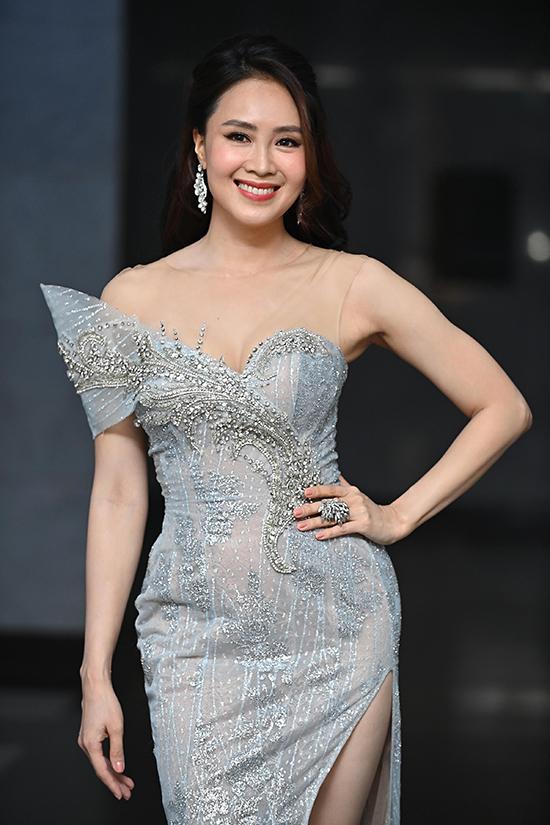 Hồng Diễm khoe ngực đầy với váy cúp ngực pha xuyên thấu. Năm nay, cô tranh giải với vai diễn trong phim Hoa hồng trên ngực trái.