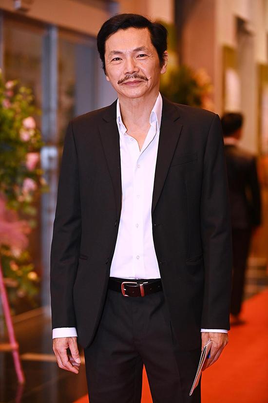 NSND Trung Anh bảnh bao với vest tối màu. Năm ngoái, ông giành giải thưởng Nam diễn viên ấn tượng.