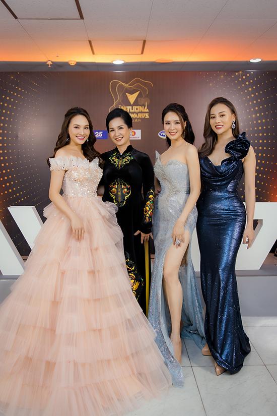 Dàn người đẹp của làng phim truyền hình phía Bắc khoe sắc bên mẹ chồng Lan Hương.
