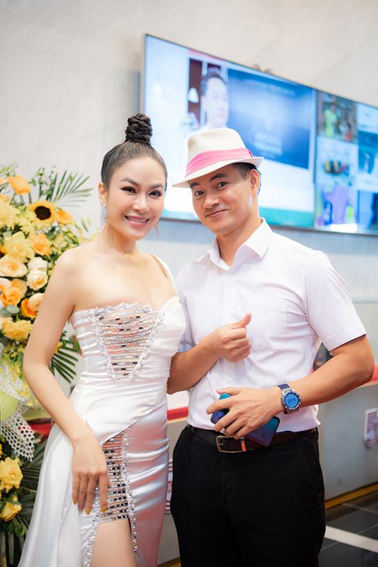 Tuyết Nga hội ngộ danh hài Xuân Bắc tại thảm đỏ. Anh từng làm MC cho buổi họp báo ra mắt dự án âm nhạc Nét Việt và MV Nhan sắc của cô hồi tháng 9 năm ngoái.