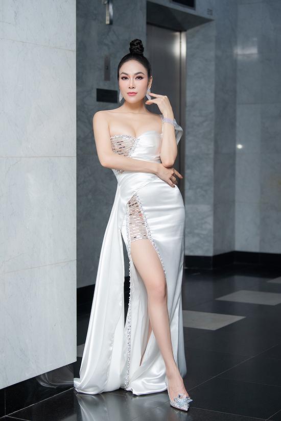Ca sĩ Tuyết Nga khoe chân dài với đầm cắt xẻ và giày công chúa hiệu Jimmy Choo trị giá hơn trăm triệu đồng. Bên cạnh âm nhạc, Tuyết Nga còn được biết tới với danh hiệu Hoa hậu Áo dài 2019