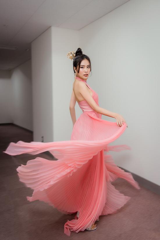 Ca sĩ Hoàng Thuỳ Linh xuất hiện với váy xếp ly thướt tha.