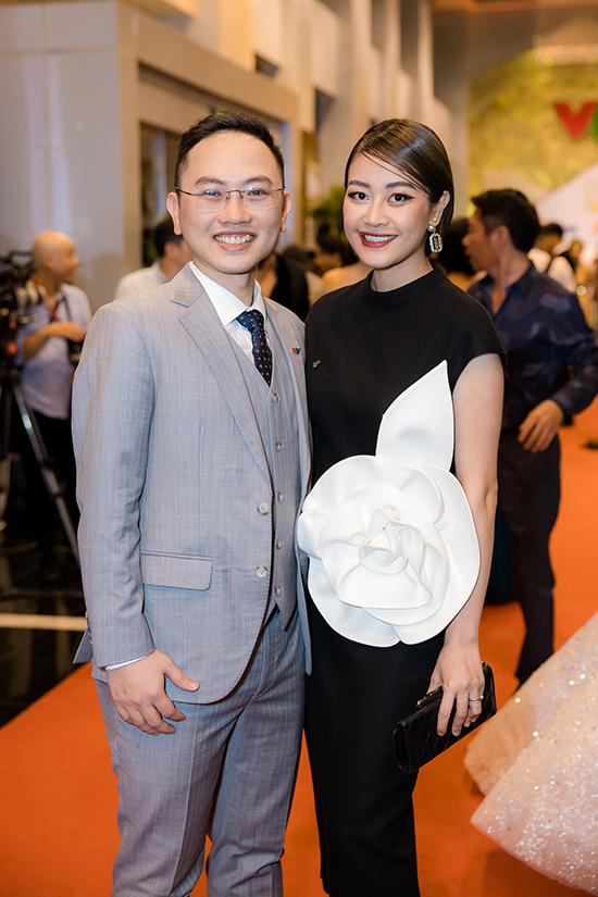 MC Phí Linh sánh bước bên ông xã.