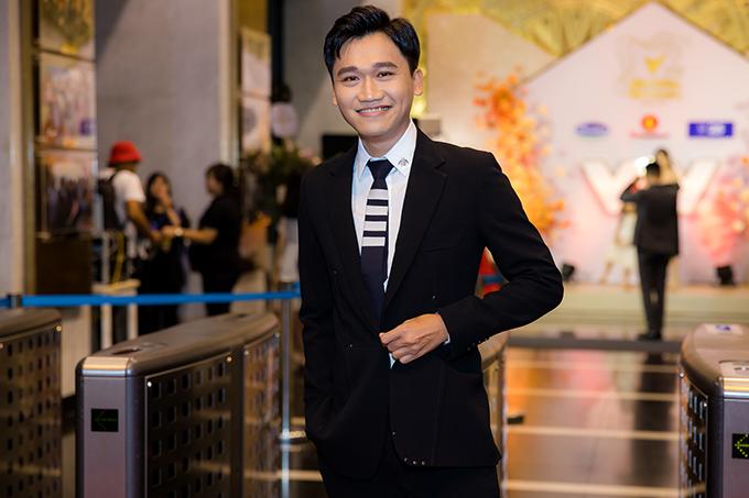 Xuân Nghị bảnh bao trên thảm đỏ. Vai Cao Minh Bách trong phim Nhà trọ Balanha giúp diễn viên quê Khánh Hòa lọt Top 5 đề cử Nam diễn viên ấn tượng của VTV Awards năm nay.