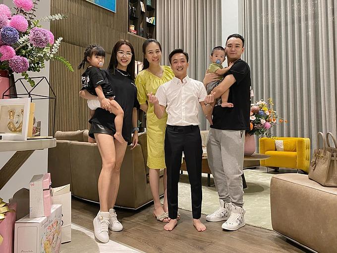 Gia đình Diệp Lâm Anh chụp ảnh kỷ niệm cùng vợ chồng Cường Đôla khi đến nhà dự tiệc thôi nôi con gái anh. Bé Suchin đang mải ngủ ngon nên không có mặt trong khung hình.
