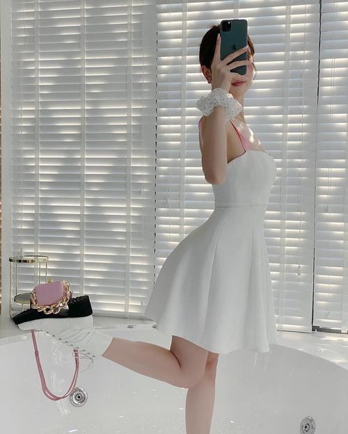 Những món đồ từ phom dáng nhỏ xinh xắn đến các mẫu túi cặp nách hot trend trong kho túi hiệu được Ngọc Trinh mix ton-sur-ton cùng váy áo.