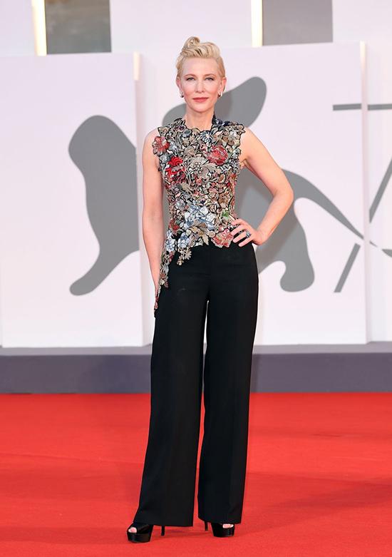 Cate Blanchett tại Liên hoan phim Venice ra mắt Amants. Nữ diễn viên mặc một chiếc áo sơ mi bất đối xứng thêu hoa được làm lại bằng tay của Alexander McQueen. Bộ trang phục ban đầu được thực hiện cho cô ấy cho BAFTA Film Awards tại London hồi tháng 2/2016. Chủ nhân tượng vàng Oscar sẽ quyên góp bộ trang phục để bán đấu giá nhằm mục đích từ thiện.