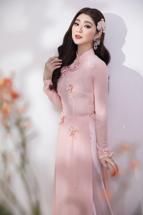 Các mẫu áo dài lần này của Minh Châu không chỉ ghi điểm bởi kiểu dáng mà còn là hoạ tiết, sự cách điệu. Anh khéo léo lồng ghép chi tiết ren mỏng ở phần cổ áo, tay áo, vừa mang lại sự kín đáo, e ấp, vừa tôn lên hình thể của diễn viên Thanh Trúc.