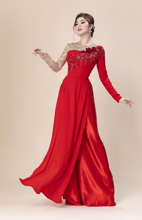 Tấm áo dài bất đối xứng có một bên tay áo đính hạt lấp lánh, một bên tái hiện hình ảnh đóa hoa hồng nở rộ.
