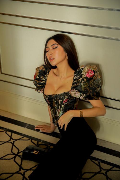 Áo vải gấm, dáng hở eo với phom dáng độc đáo giúp Tường Linh khoe vòng eo 53 cm đáng mơ ước của nhiều cô gái trẻ.