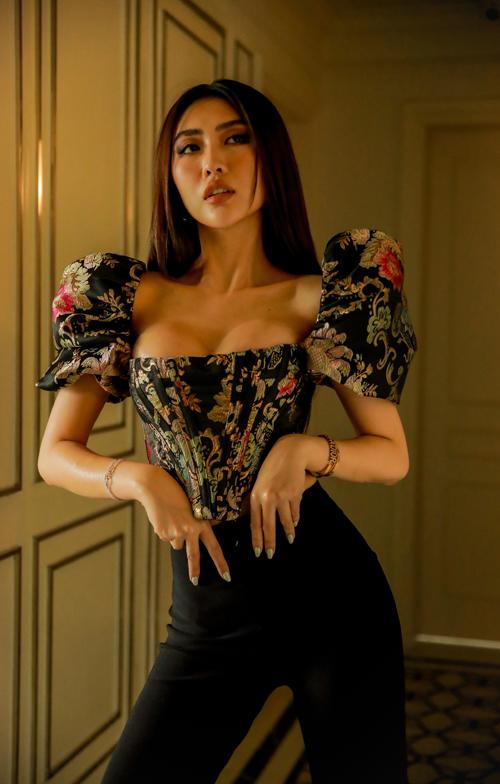 Qua cách diện trang phục sexy, Tường Linh vướng phải tin đồn đã nâng cấp vòng một để cải thiện vẻ ngoài. Tuy nhiên người đẹp từ chối chia sẻ.