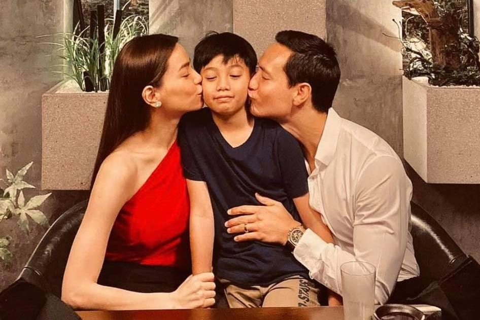 Ngay cả dịp Valentine, Hồ Ngọc Hà, Kim Lý dành trọn buổi tối bên con trai nhỏ. Cậu nhóc còn được mẹ và Kim Lý dành tặng nụ hôn ngọt ngào.