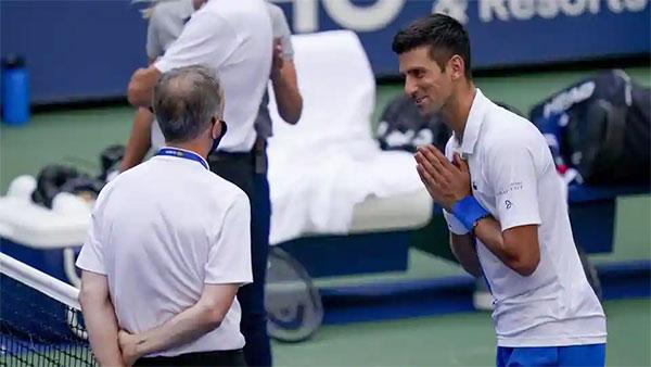 Djokovic nỗ lực giải thích với ban tổ chức rằng anh không cố ý gây thương tích cho trọng tài dây nhưng vẫn bị xử thua. Ảnh: AP.