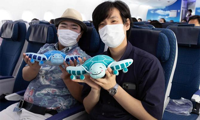 Hai hàng khách trên chuyến bay ảo của ANA Airlines. Ảnh: ANA.