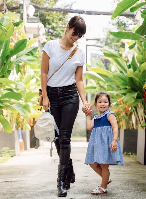 Ngày đầu tiên đi học, bé Myla vui mừng hớn hở, còn dắt tay mẹ tới lớp và tặng mẹ cái ôm tạm biệt.