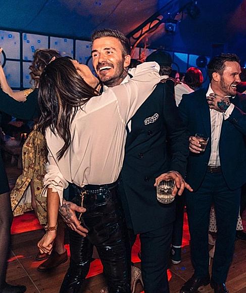 Vợ chồng Becks ôm nhau trên sàn nhảy trong tiệc mừng cậu cả Brooklyn 21 tuổi hôm 7/3. Ảnh: Instagram.
