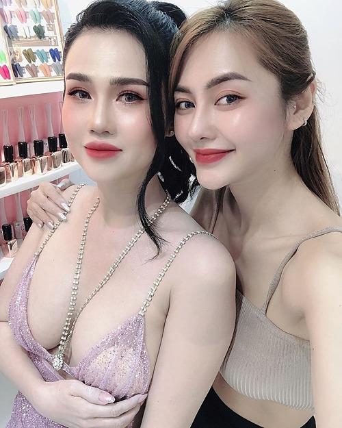 Vẻ gợi cảm của Ngọc Bích - chị gái Ngọc Trinh - khi chụp ảnh bên diễn viên Linh Chi.