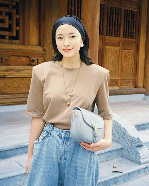 Áo thun vai thô, quần jeans lưng cao đáy thụng của Châu Bùi phù hợp với các bạn gái vóc dáng mảnh và thích thể hiện nét cá tính khi mix đồ street style.