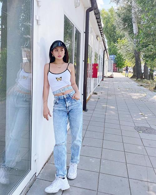 Khi đi mua sắm hay cafe cùng bạn bè, set đồ street style của Diễm Trang sẽ giúp phái đẹp gợi cảm và trẻ trung hơn tuổi.